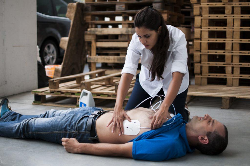 Initiation à la prise en charge de l'arrêt cardiaque et à l'utilisation de défibrillateurs automatisés externes